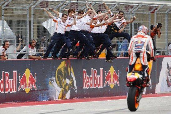 Marquez remporte une nouvelle victoire impressionnante, Pedrosa chute lors de la bataille pour le podium